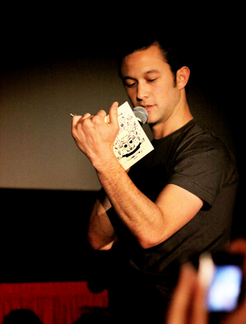 joseph-gordon-levitt-reading (1)